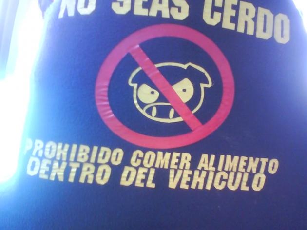 Cartel ofensivo en taxi colectivo | Roy Peralta
