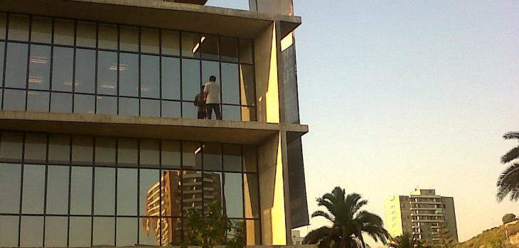 Trabajador limpia vidrios a gran altura sin protección | Jaime Astudillo T.