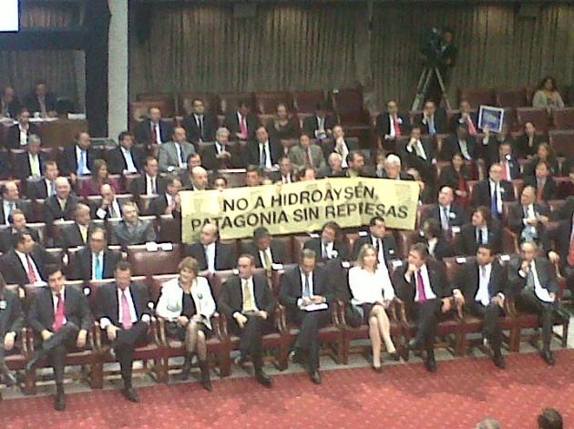 Parlamentarios y lienzo   Andrea González