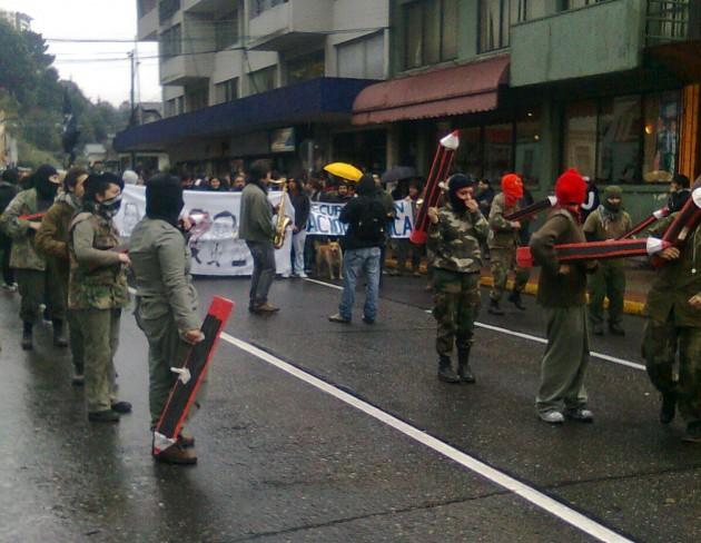 """Estudiantes """"armados"""" con lapices en  Puerto Montt"""