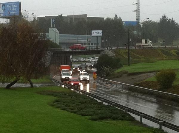 Paso bajo nivel inundado frente a UCSC | Carlos en Twitter