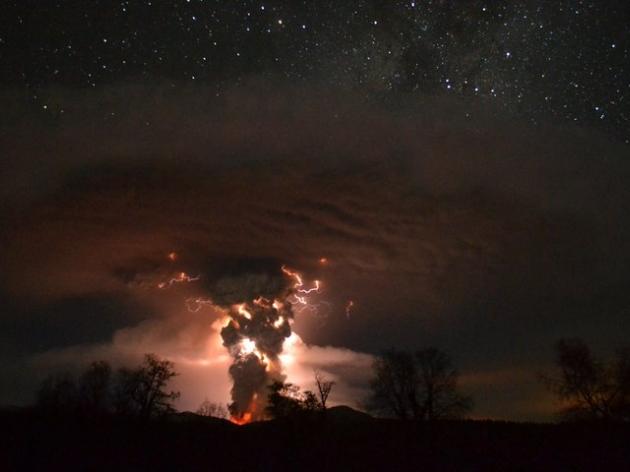 Erupción Nocturna | Ricardo Mohr R