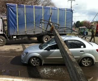 Camión provoca caída de poste de alumbrado público sobre vehículo en Temuco