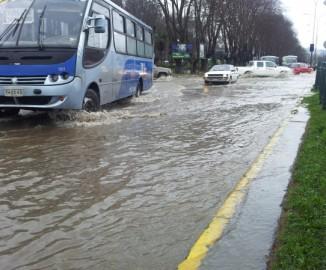 Intensa lluvia generó anegamiento de numerosas calles en Concepción y Talcahuano