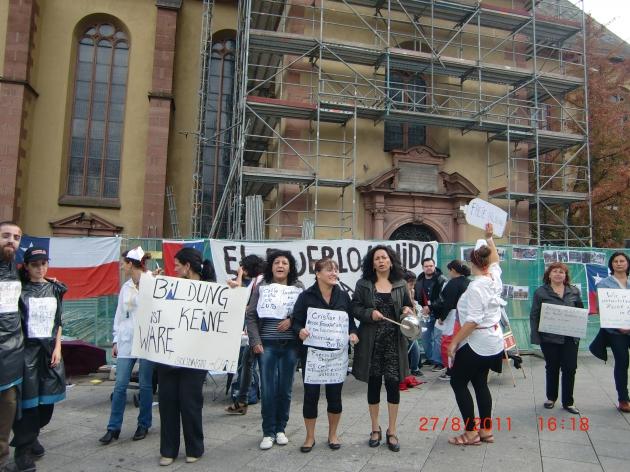 Chilenos desde Frankfurt am Main Alemania,apoyando la causa de los estudiantes chilenos.   lucia zarate