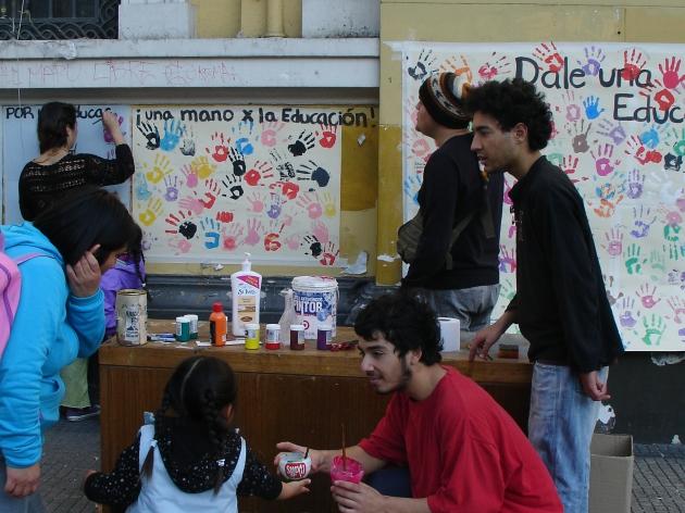 Niños pintan sus manos en mural del frontis de  la U. de Chile | Mariana Molina