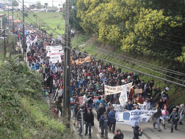 Multitudinaria marcha en las principales calles de la capital chilota | El Dalcahuino