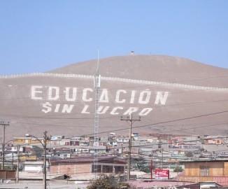 'Educación sin lucro' Habitantes de Arica escriben enorme frase en cerro Saucache