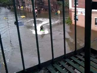 Hombre aprovecha de usar su moto acuática en calles inundadas por tormenta Irene en EEUU