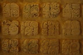 Imagen:Jeroglífico maya | Wikimedia commons (cc)