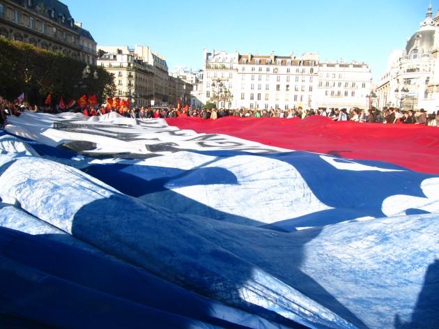 Bandera chilena en plaza francesa | Paola Martínez, corresponsal en París