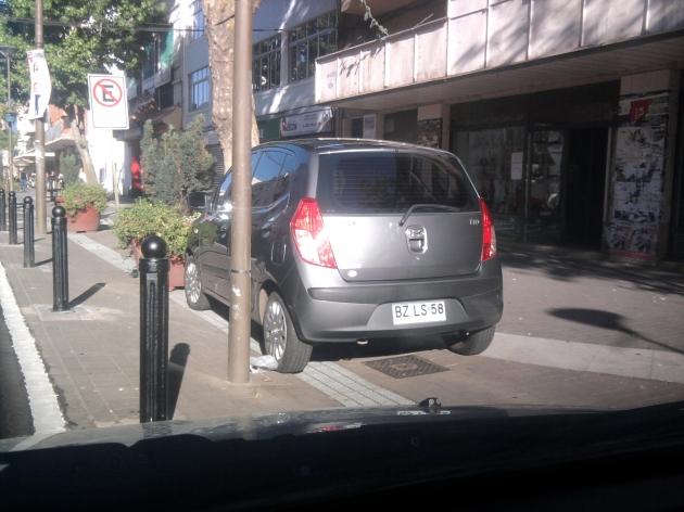 Vehículo mal estacionado ocupando la calzada   Hector Alfonso Torres Gajardo
