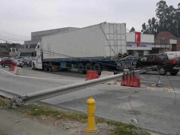 Camión bota poste del tendido eléctrico en Concepción   Pablo Alvear