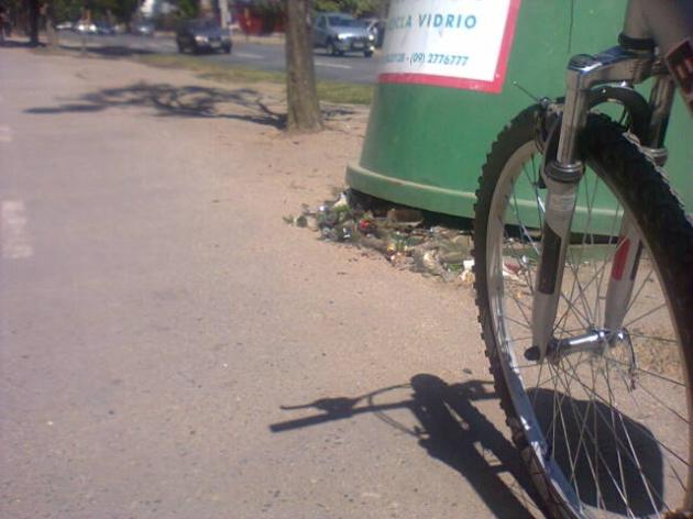 Vidrios quebrados en plena ciclovía del centro de Concepción | Felipe Soto