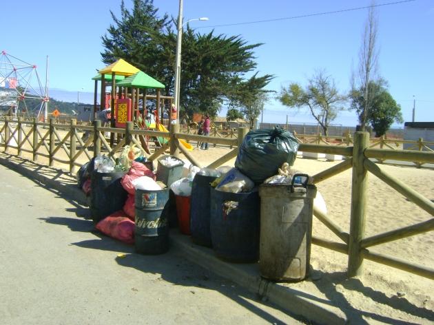 Basura y contaminación en nuevos juegos para niños en Dichato | Karen Romero