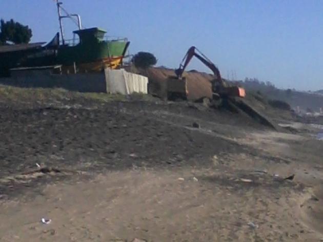 maquina sacando arena de playa | JUAN ERASMO FUENTES GODOY