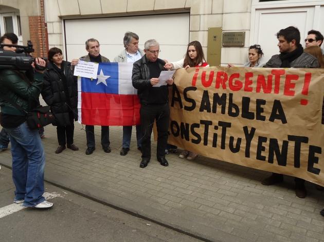 Chilenos frente a la Embajada de Chile en Bruselas | Rossana Cárcamo