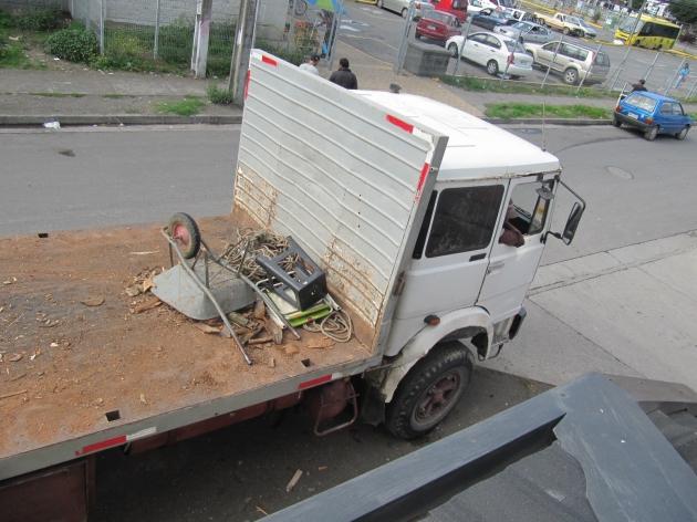 Camión se estaciona sobre la acera   Daniela Carrasco H.