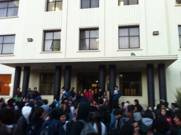 Evacuación en UdeC | Carlos Torres vía Twitter