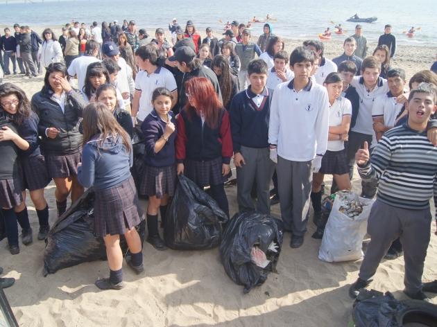 Liceo Pencopolitano celebra el Día de la Tierra con limpieza de la playa | Francisco Javier Jarpa Tapia