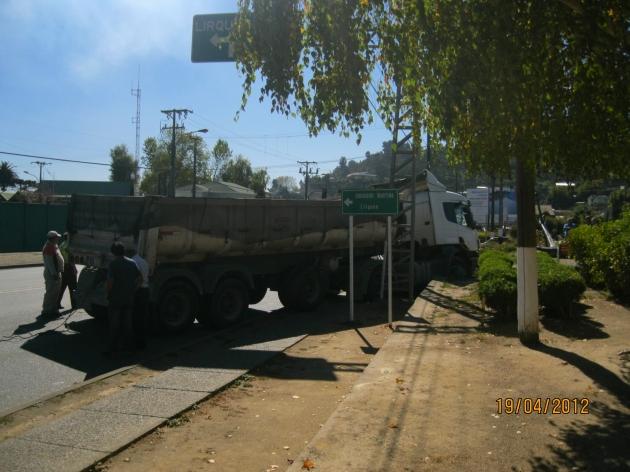 Camión Choca contra escalera y paradero | Guillermo Benavides Ceballos