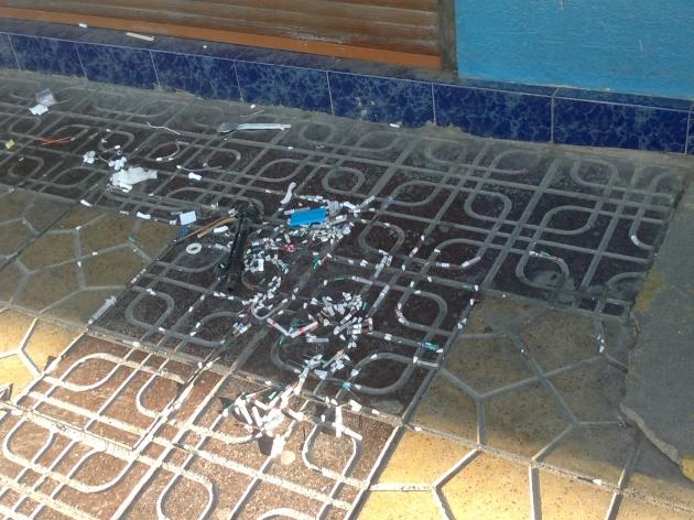 miren este tipo de basura en la calle | alberto Fernández
