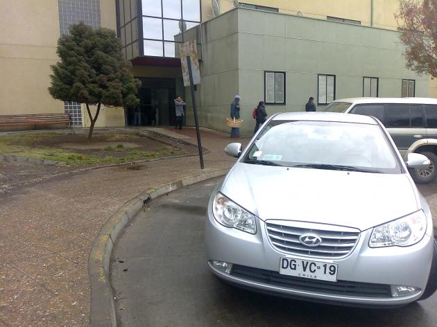 vehículos mal estacionados en hospital. | cristian vasquez