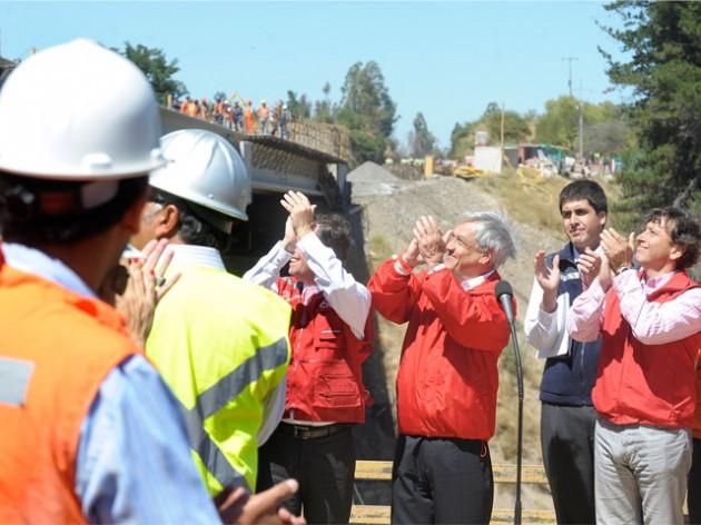 Piñera inspeccionando el Puente Río Claro | Gob.cl
