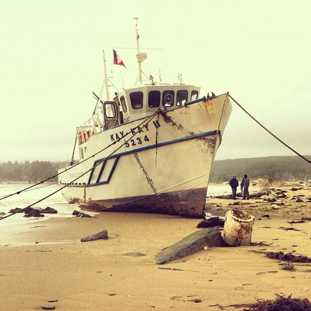 Barco varado en playa de Dichato | Erwin Brevis en Twitter