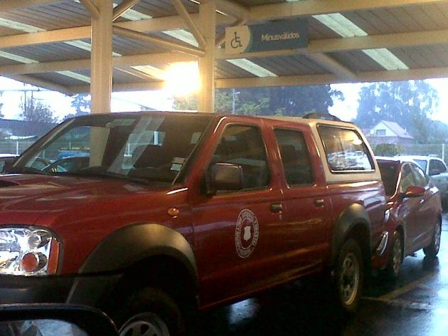 Camioneta de Conaf en estacionamiento preferencial | Ciudadana Molesta