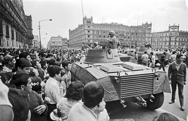 Militares mexicanos en el zócalo de la capital