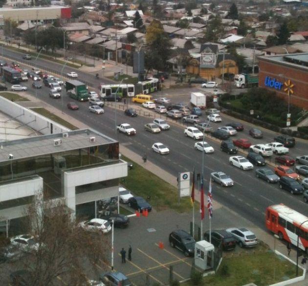 Bus oruga atravesado en Las Condes | Felipe Gonzalez vía Twitter