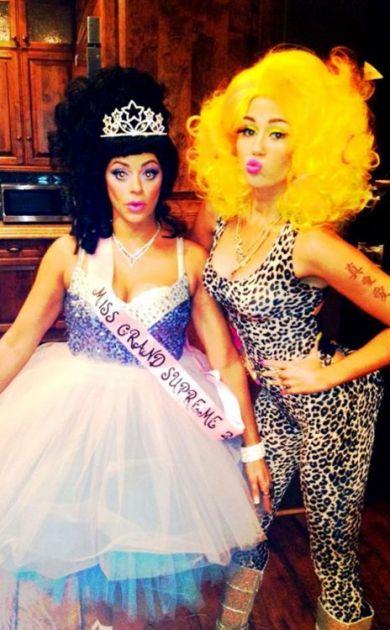 Miley Cyrus como la cantante Nicki Minaj | eonline.com
