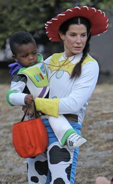 Sandra Bullock y su hijo Louis como personajes de Toy Story | eonline.com