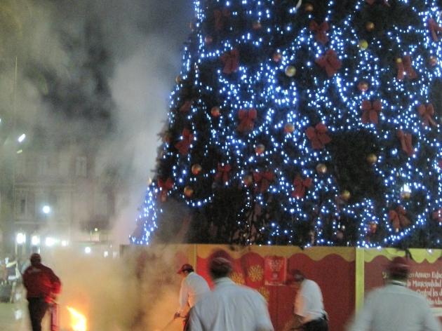 Intentan quemar Arbol de Navidad frente a Estación Central | Andrés Troncoso