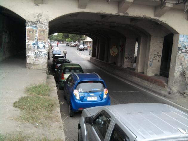 Estacionados bajo paso nivel | Julio Segura
