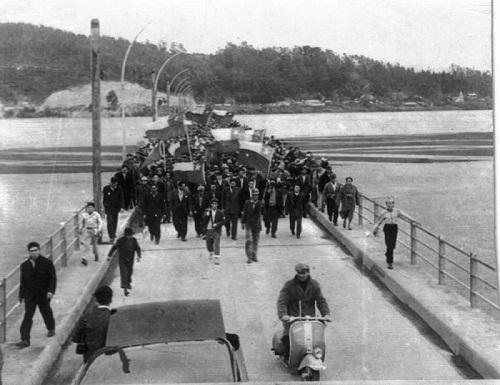 Huelga Larga marcha histórica cruza Puente Viejo de Lota a Concepción