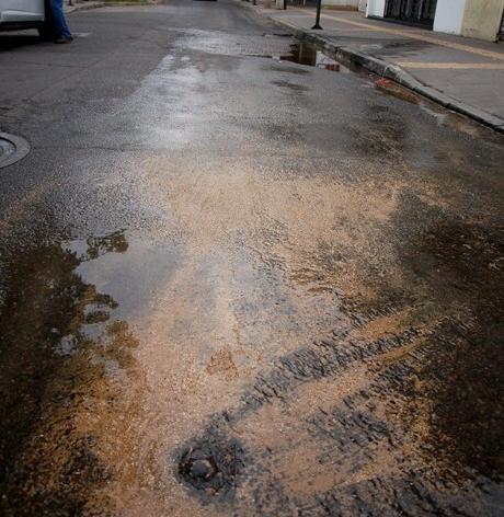 Fuga de agua en centro de Quilpué | Fabrizio Queirolo