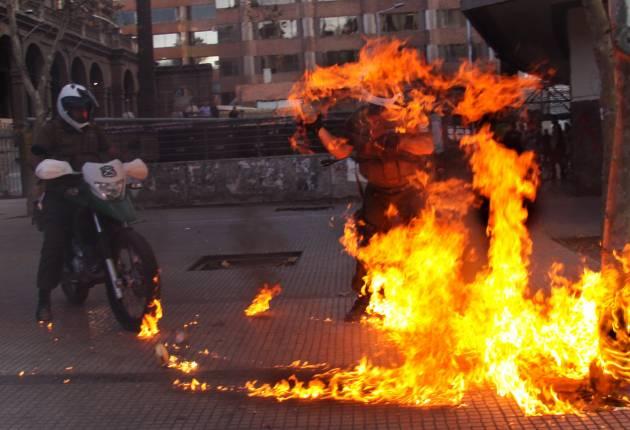 Carabinero agredido con molotov / Nicolás Valdebenito González