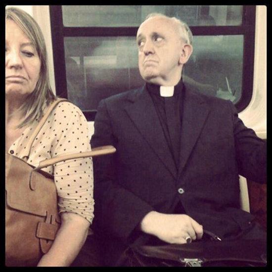 La foto del Papa en metro