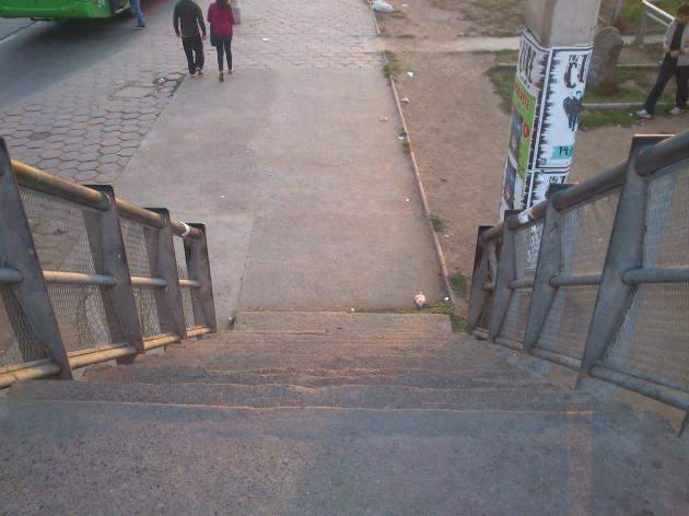 escalera de portales en malas condiciones | carola arevalo