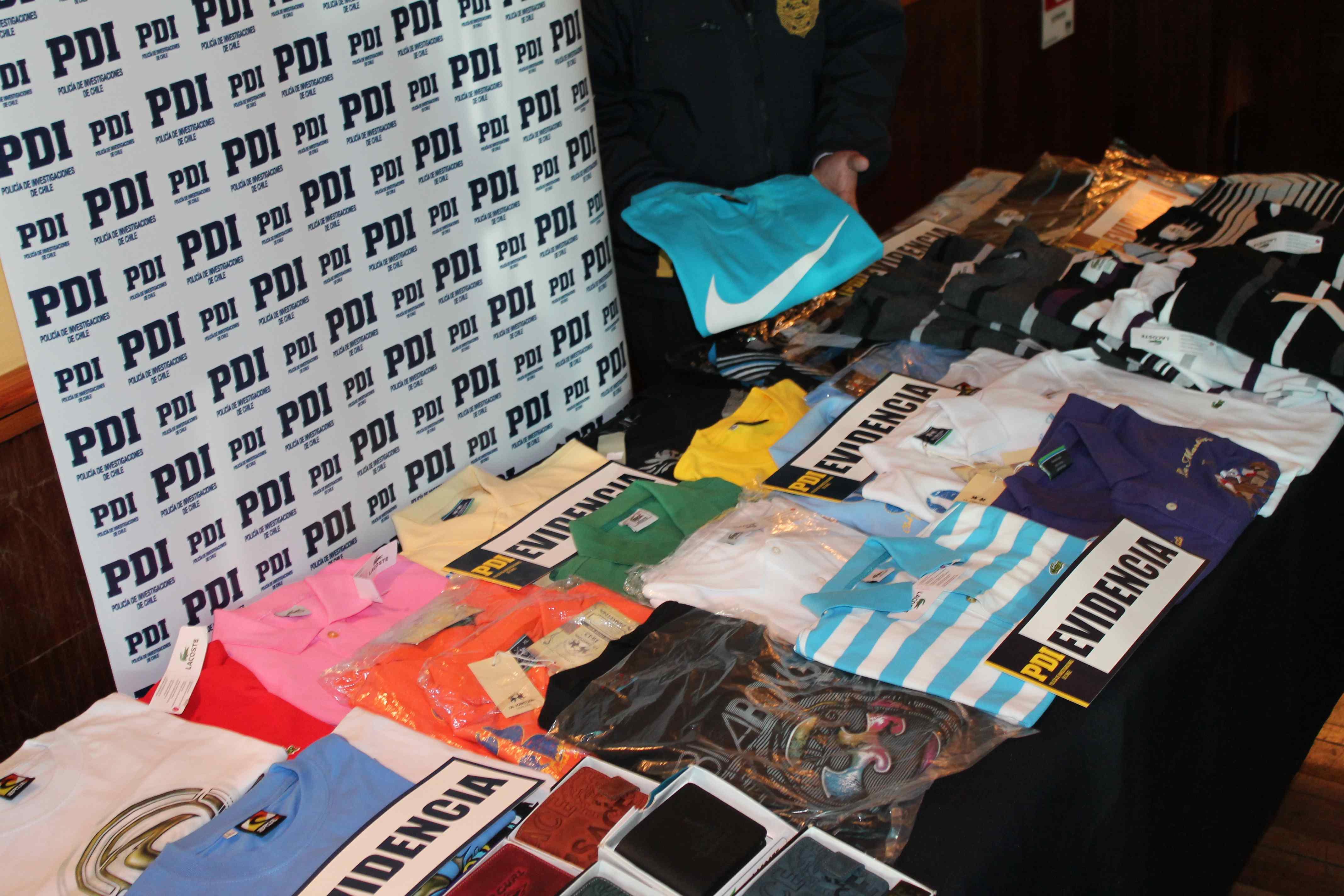 00805b8d47bd4 Detienen a sujeto por vender artículos falsos de exclusivas marcas en Santa  Juana