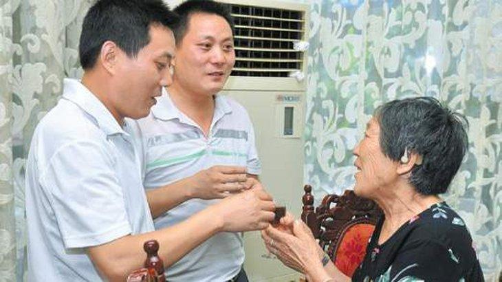 Reunión de ambos con su madre | Sky News
