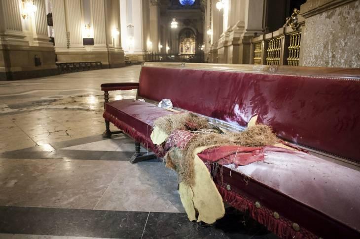 Destrozos en basílica del Pilar de Zaragoza | Gentileza Heraldo de Aragón/AgenciaUno
