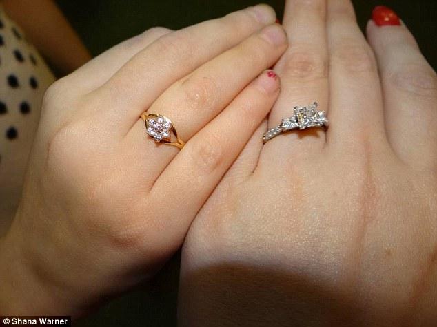 Madre e hija con sus respectivos anillos | Shana Warner