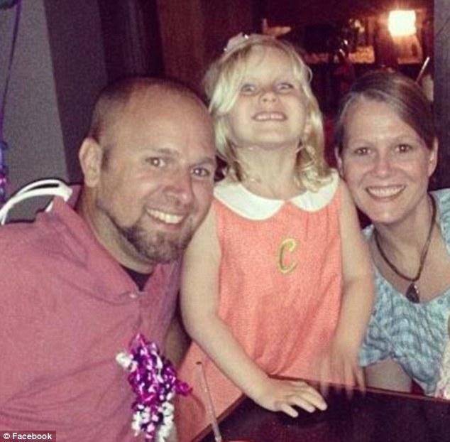 Claire junto a sus padres | Facebook