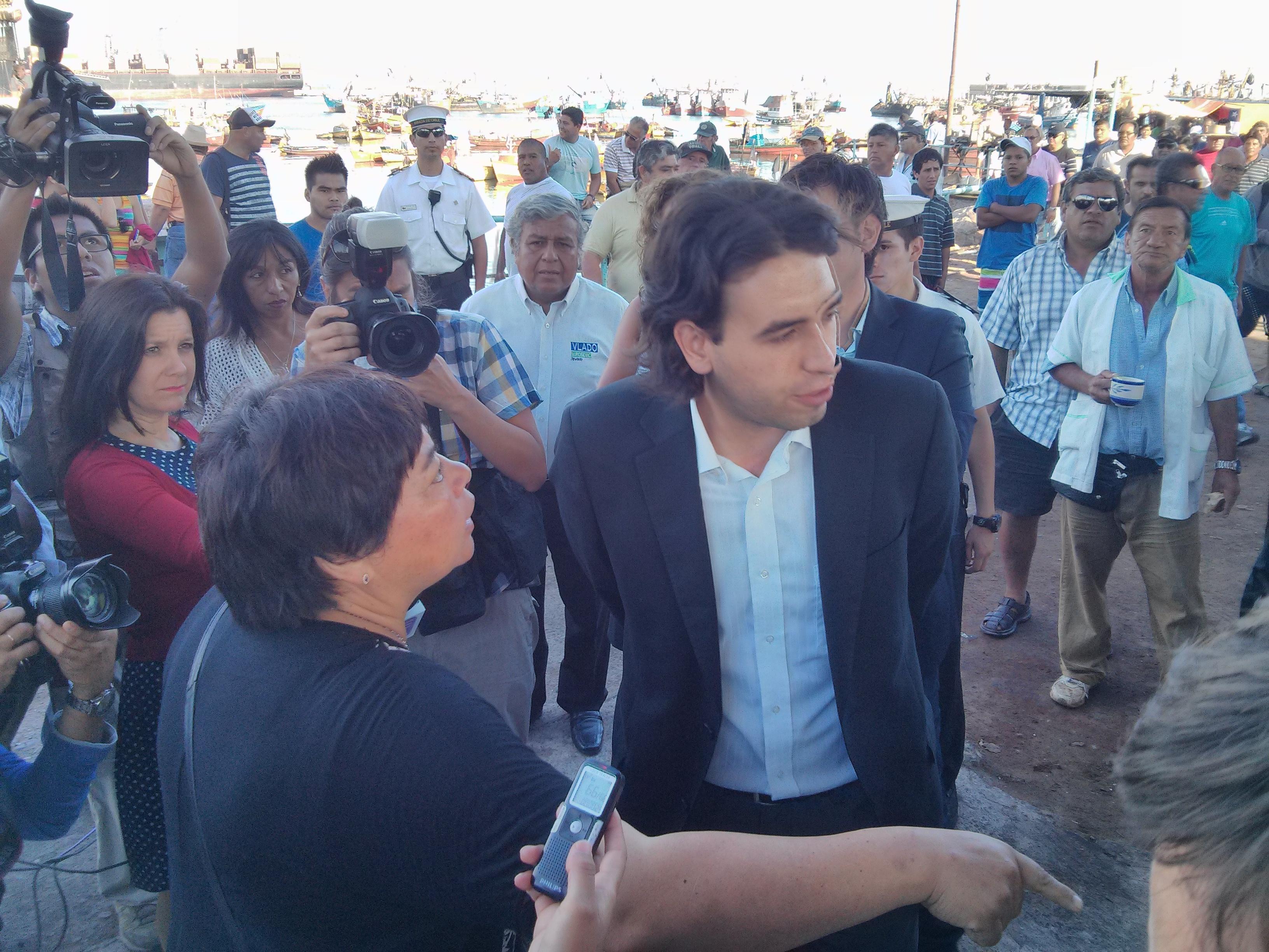Pescadores expulsan a parlamentarios del puerto de Arica
