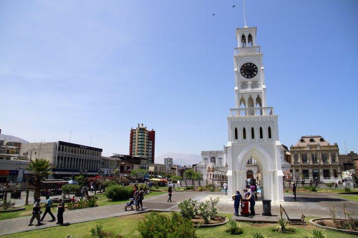 Turistas disfrutan del Paseo Baquedano en Iquique