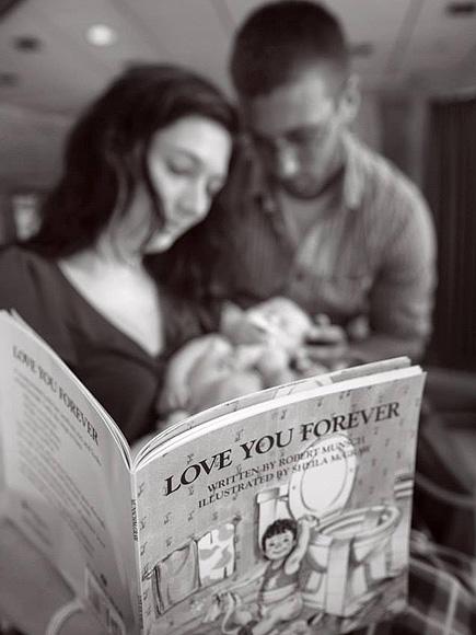 Ashlee y Timothy leyendo a su hijo   Ashlee Hammac