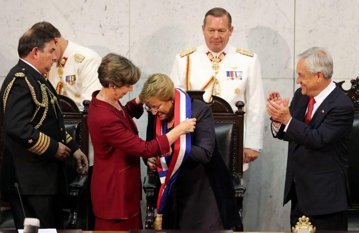 La presidenta electa Michelle Bachelet, recibe la banda presidencial por parte de la presidenta del senado Isabel Allende en la ceremonia de traspaso de mando realizada en el Congreso Nacional | RODRIGO SAENZ/AGENCIAUNO